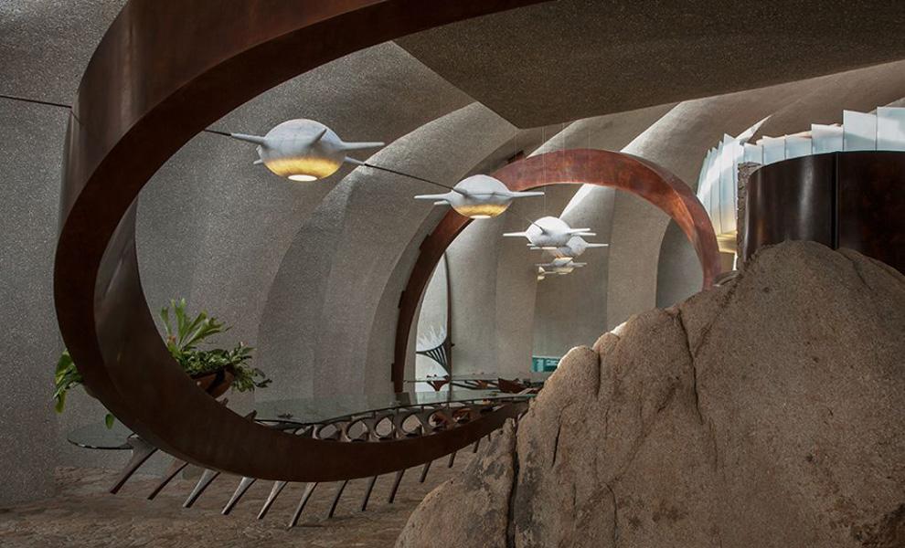 Скальные породы, ставшие неотъемлемой частью дизайна, ни на секунду не дают забыть гостям Пустынного