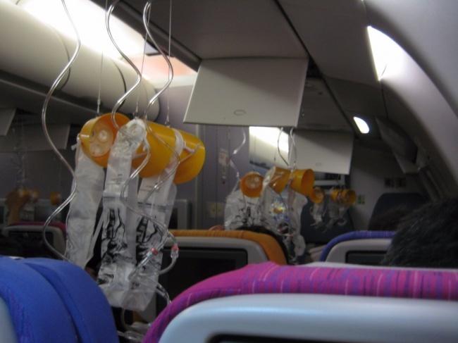 © flickr  При понижении давления всалоне самолета необходимо использовать кислородную маску.