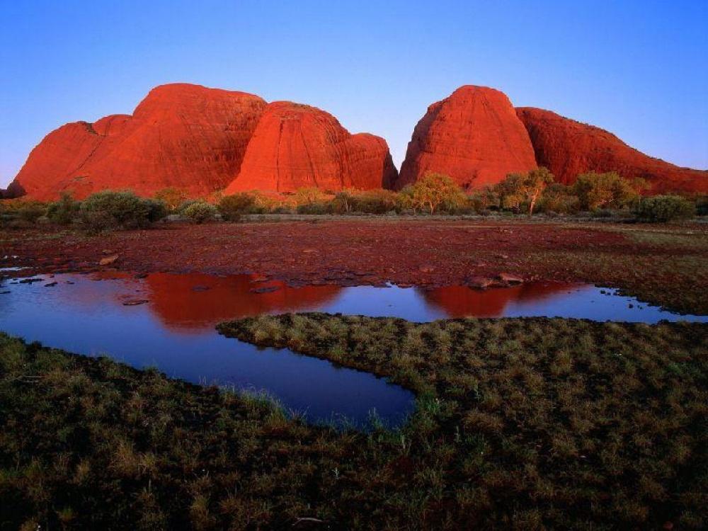 © planetofdream  Знаменитая красно-коричневая гора Улуру (Эрс-Рок) меняет свой цвет взависимо
