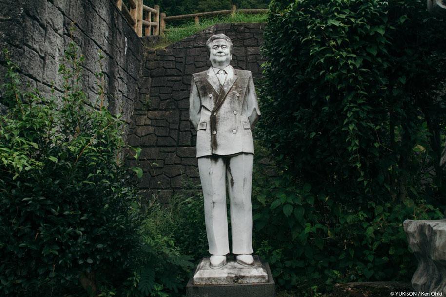 Жутковатая японская деревня, где живут одни статуи (13 фото)