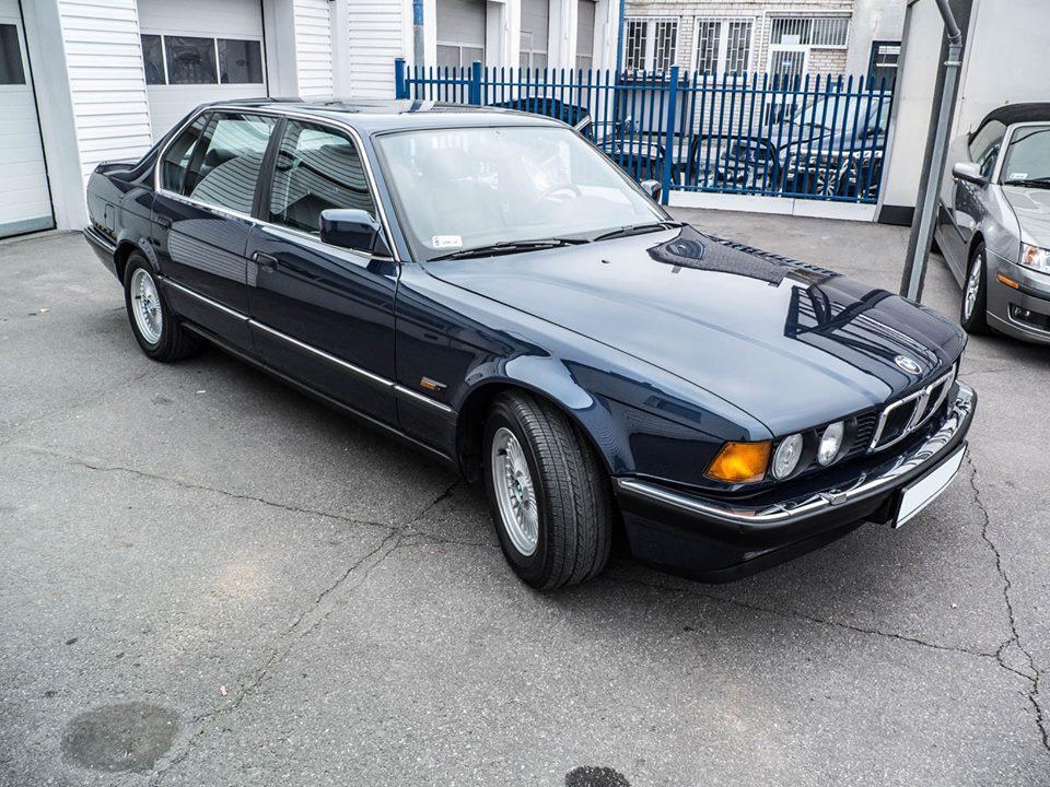 Вернемся к нашему BMW. Данный экземпляр — 750iL, в комплектации — Highline выехал из вор