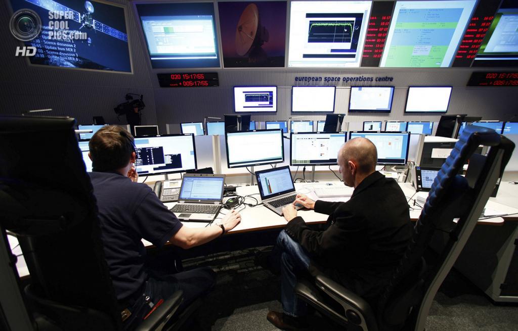 Германия. Дармштадт, Гессен. 20 января. Инженеры по обеспечению полётов в главном зале Европейск