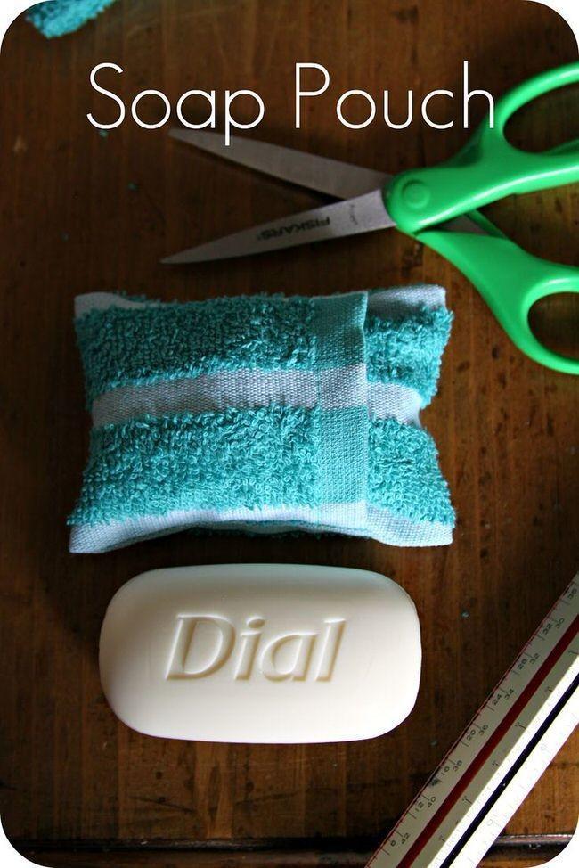 14. Мыло с мочалкой лучше сложить в специальную косметичку на застежке.