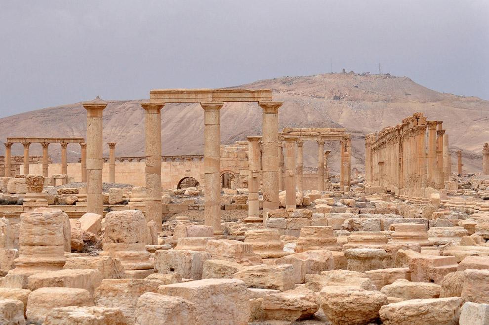 13. Вверху — цитадель древнего города Пальмира.
