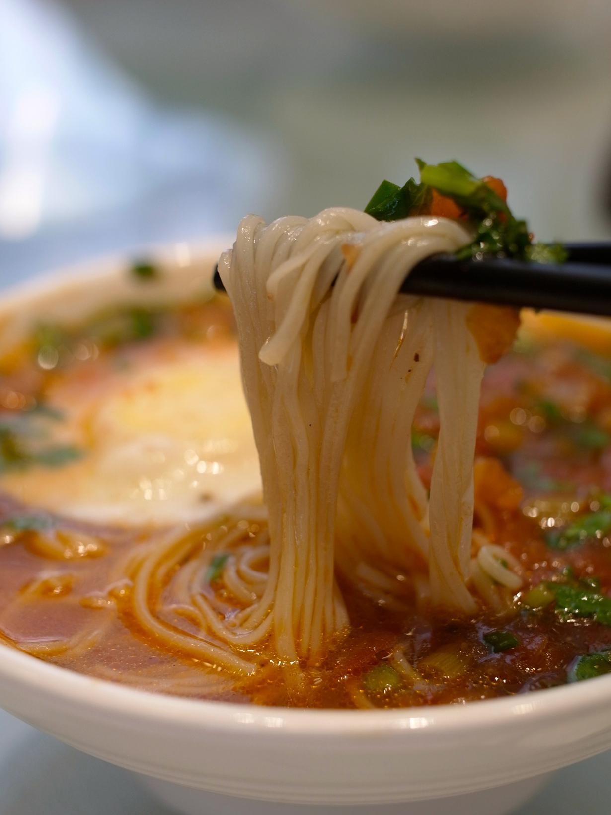 В Китае считается недопустимым разрезать лапшу во время еды. Длинная лапша олицетворяет долголет