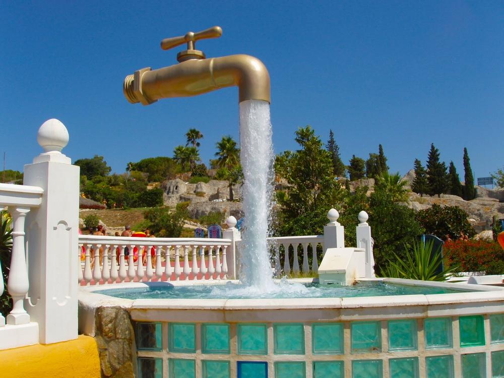 Висящий в воздухе водопроводный кран, Испания