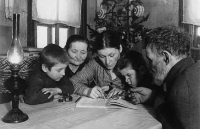 Семья советского солдата пишет письмо нафронт, 1942 год fotojoin.ru знает, что прошлое неизменить,