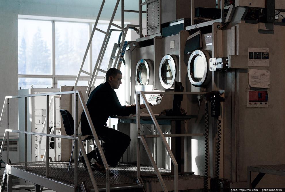 9. Один специалист работает одновременно на нескольких установках электронно-лучевой сварки.<br