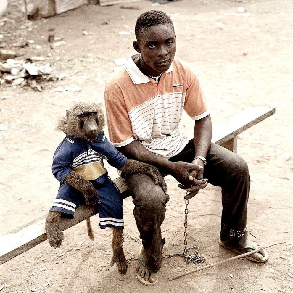 3. Дайаба Усман со своей обезьяной Клэр, Нигерия. (Photo by Pieter Hugo)