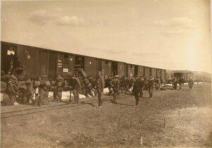 Солдаты 2-й парковой железнодорожной бригады у эшелона перед отправлением на станцию Радзивилов.