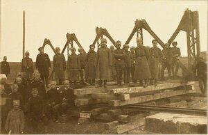 Солдаты во время работ по перекрытию левого разрушенного пролета моста через реку Вислоку фермой Эйфеля (сборка фермы).