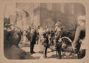 Император Николай II (в центре справа), императрица Александра Федоровна, вдовствующая императрица Мария Федоровна (на втором плане), прибывшие на Балтийский судостроительный завод
