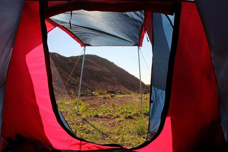 Утренний взгляд из палатки на окружающие «горы»