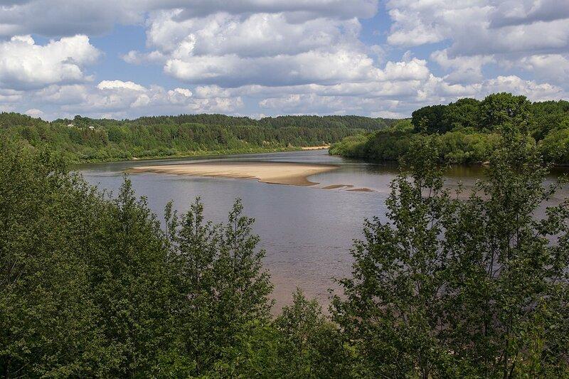 Излучина реки Вятки у дер. Мокино, облака и лес на склоне