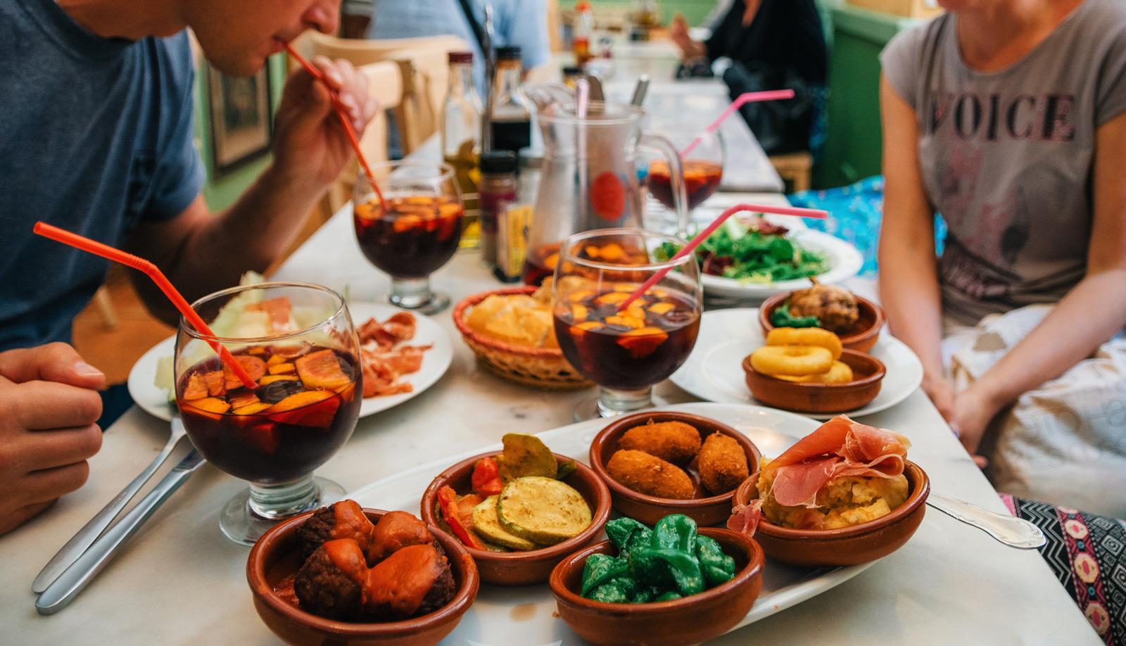 Знаменитые Тапасы (7 тарелочек — 12 €) и Сангрия (1л — 10-12 €) .