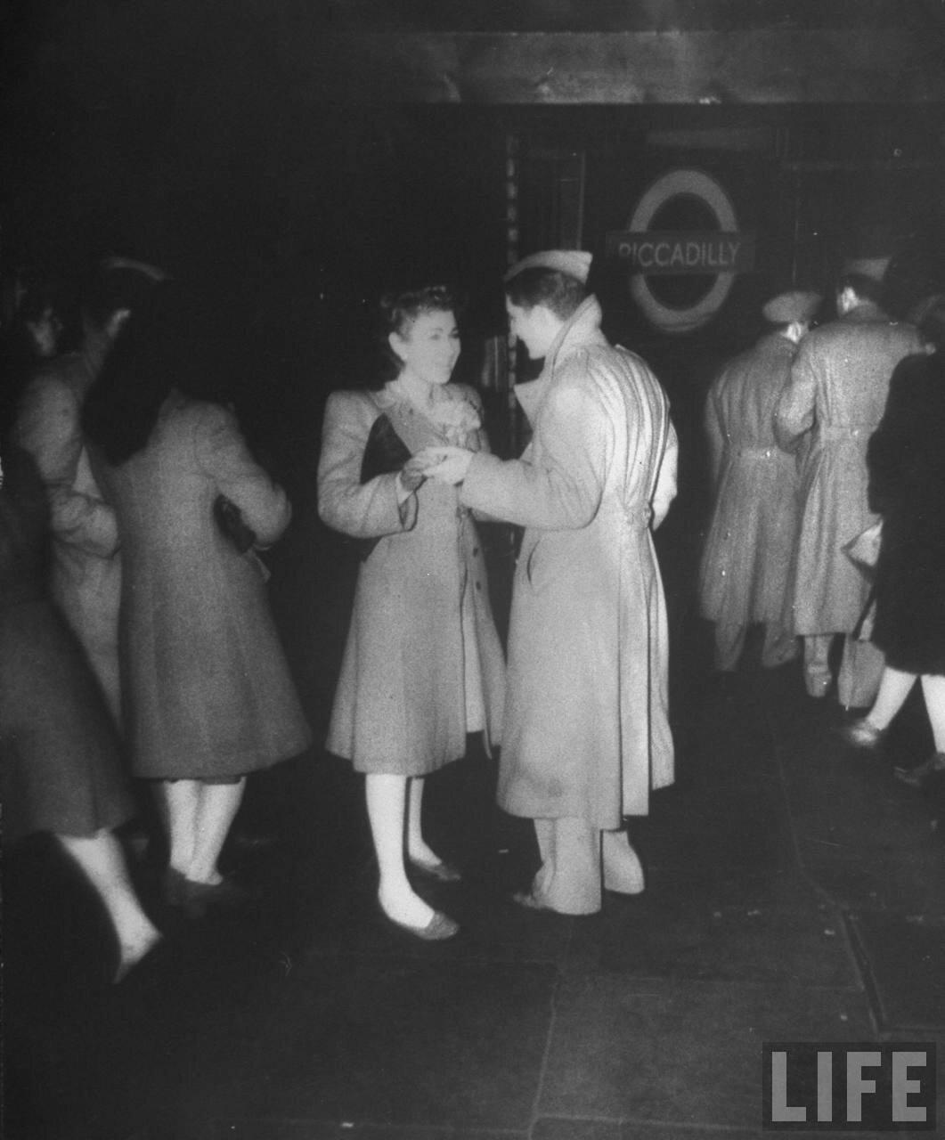 1944. Пара прощается у входа на станцию метро «Пикадилли»