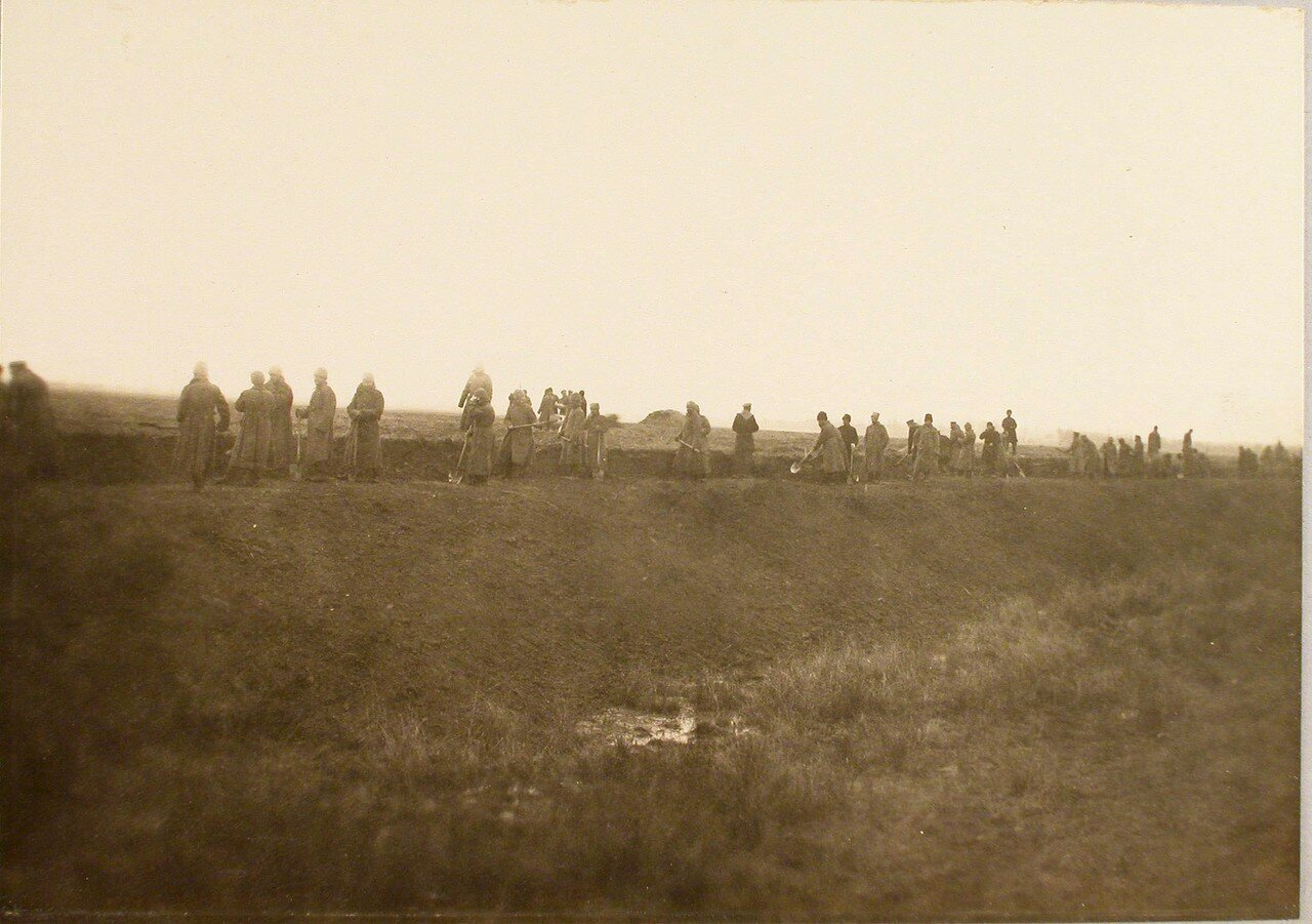 72. Солдаты во время постройки разъезда на станции. Галиция, ст. Дембица