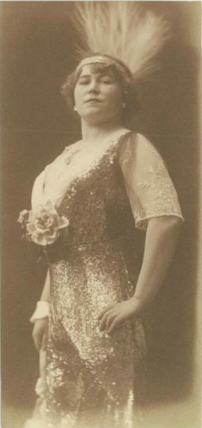 1920-е. Дама в платье с розой