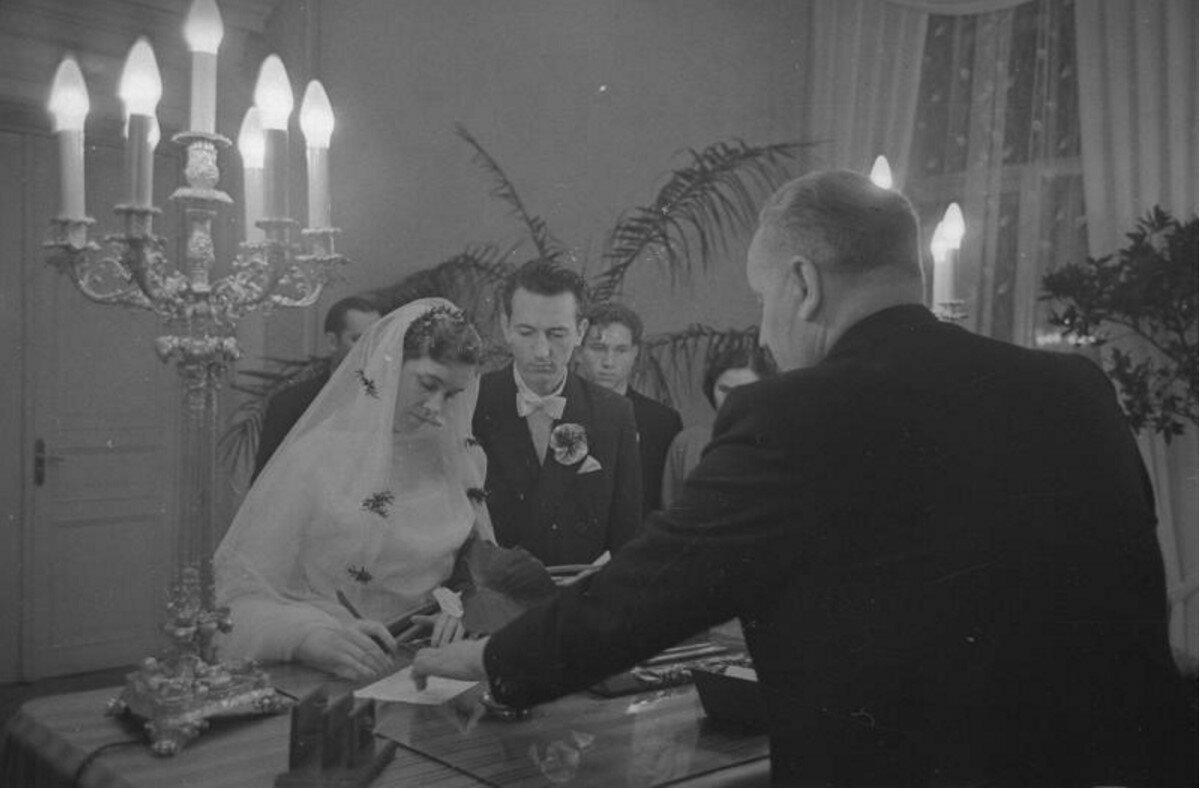 1959. Церемония бракосочетания в ЗАГСе. Молодожены Юлия Робак и Имант Зламинов