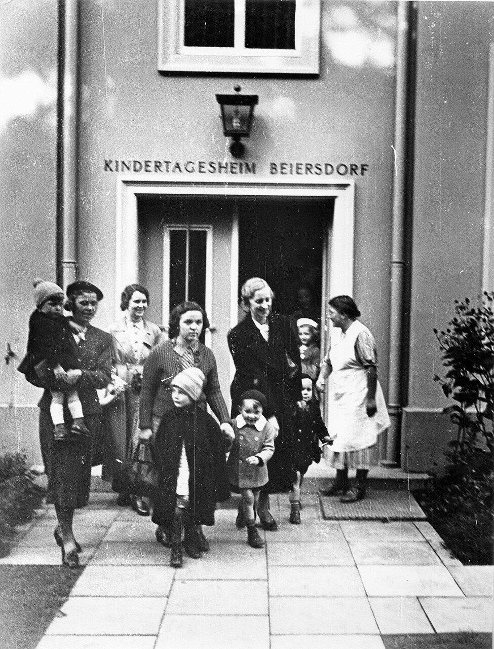 Гамбург. Байерсдорфский Центр дневного ухода за детьми. Матери забирают своих детей