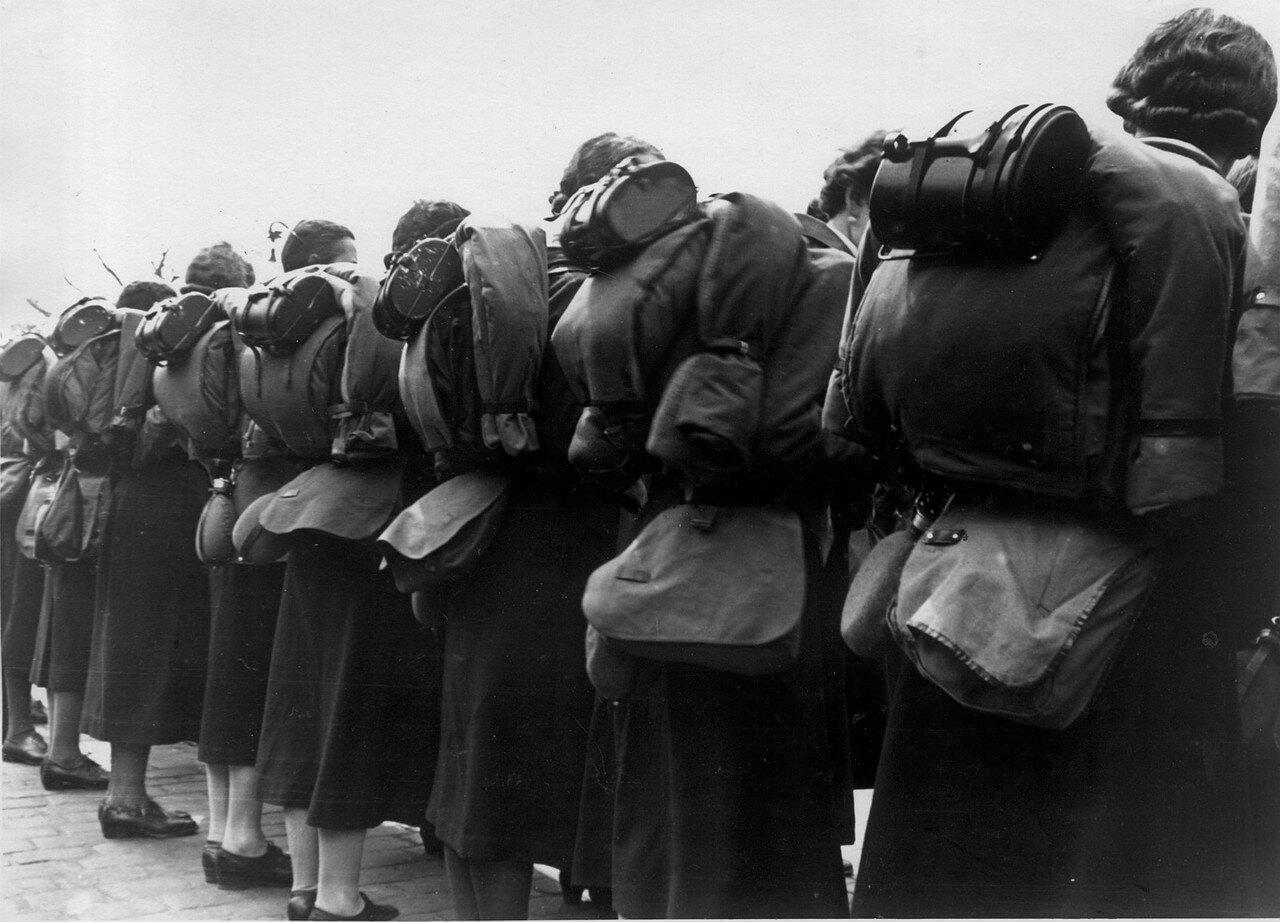 Гамбург. На центральной станции выстроились девушки из организации Союз Немецких Девушек