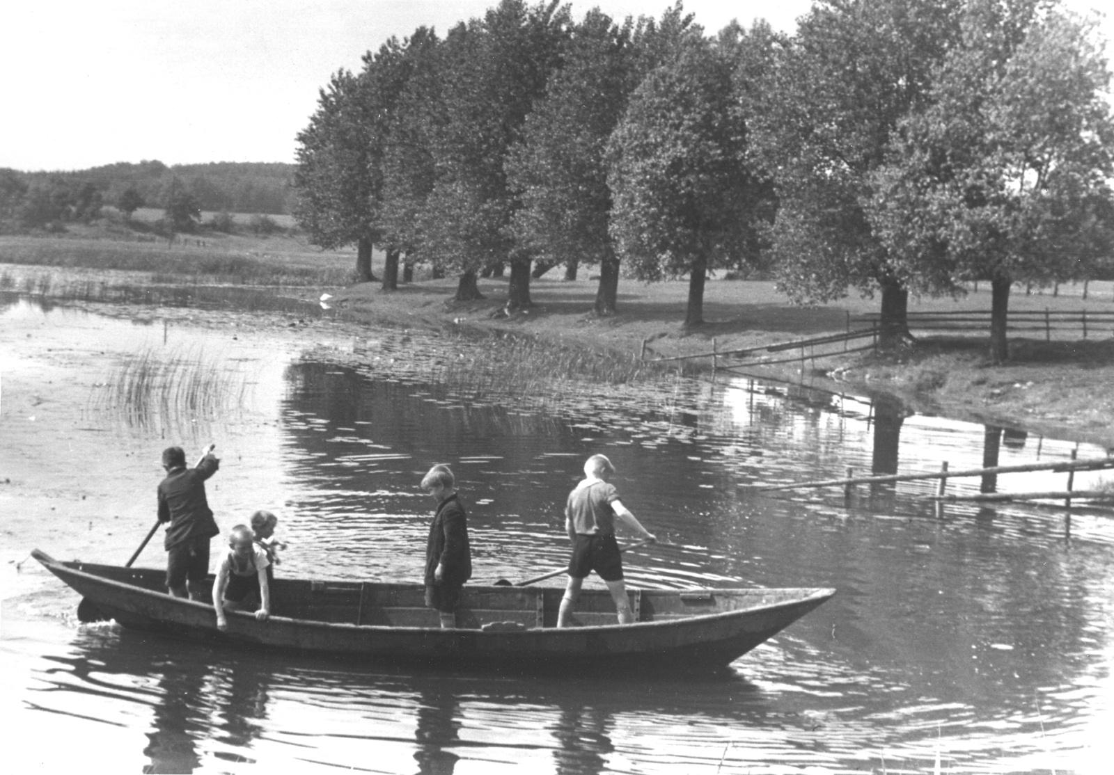 Дети на сельском пруду
