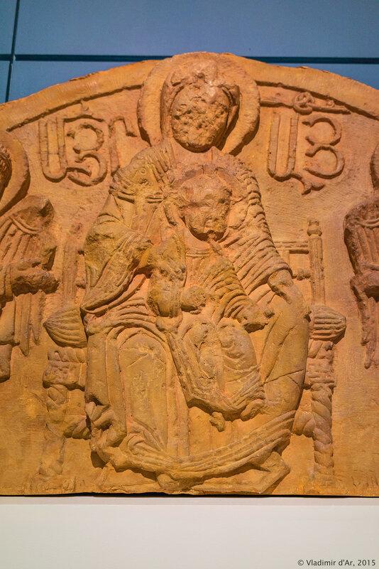 Тимпан с рельефным изображением Богоматери. Амагу, Нораванк. Конец XIII – начало XIV века. Гипс.