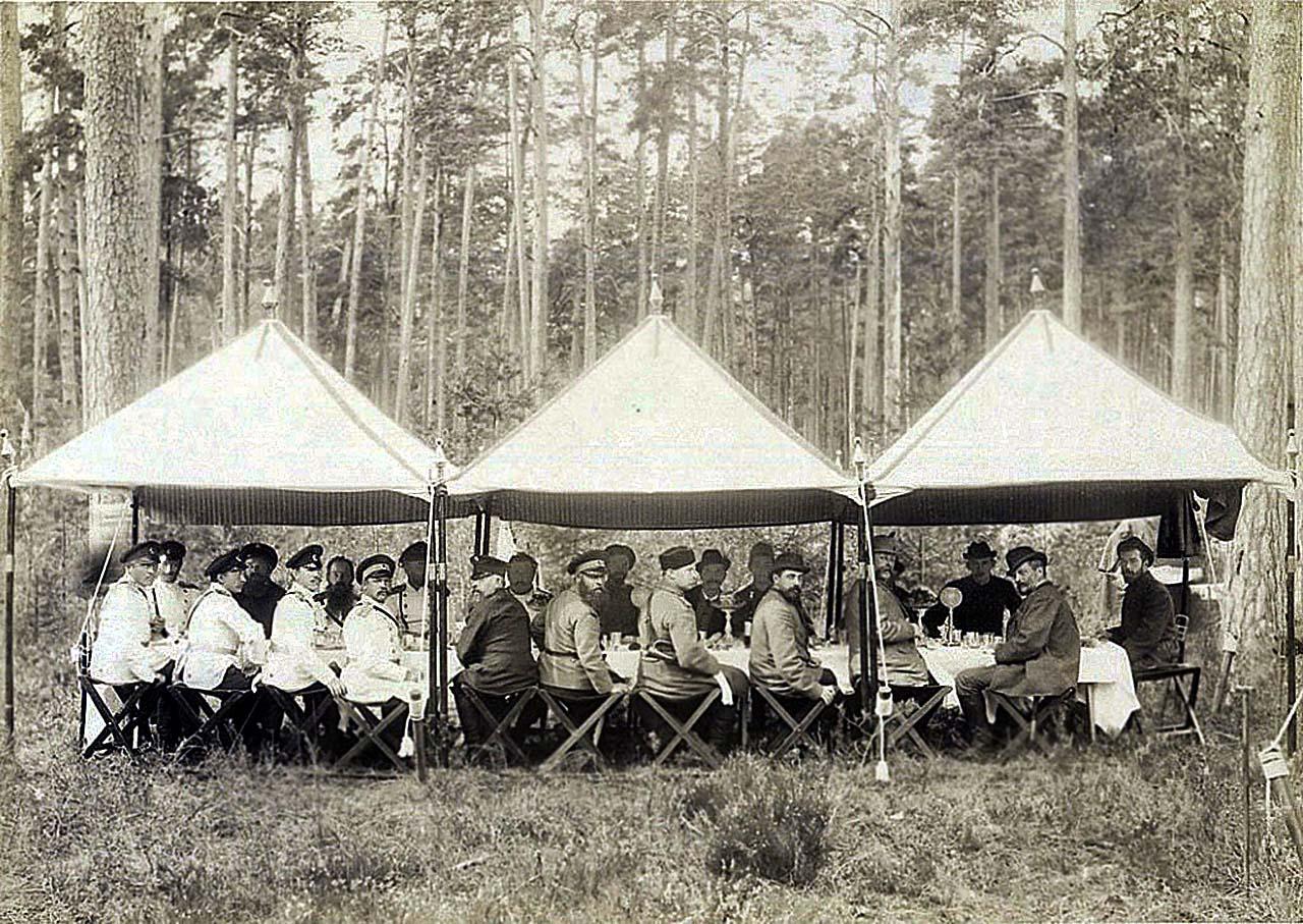 Завтрак во время царской охоты в Беловежской пуще август-сентябрь 1894-го года.