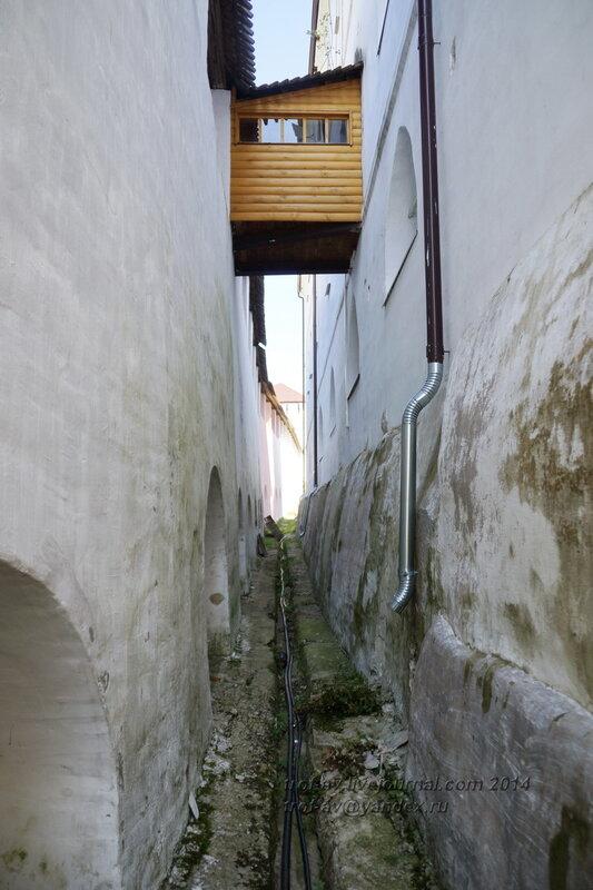 Между стеной и палатами настоятеля, Свято-Пафнутиев Боровский монастырь