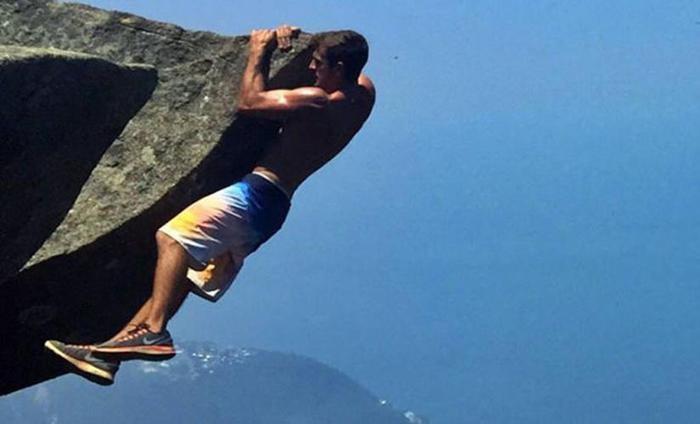 Бразильская молодая пара сделала селфи на краю скалы