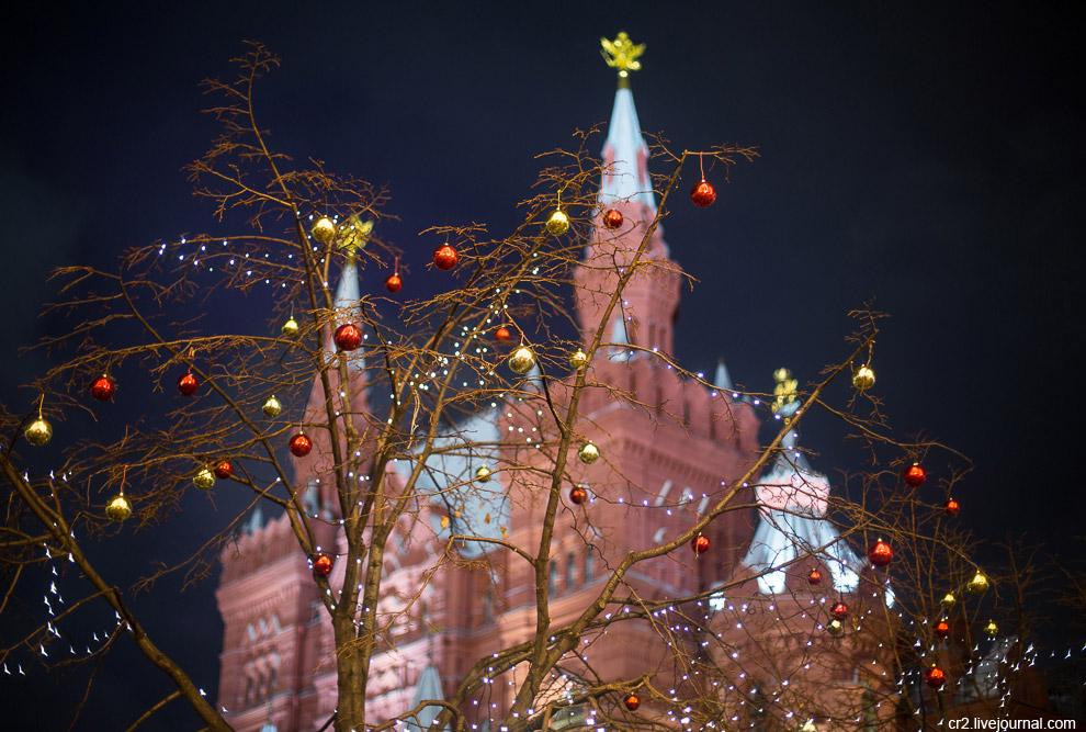 3. Никольская улица — самое красивое место в новогодней Москве! Наверное, даже сама улица думае