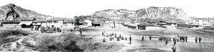 Панорамна фотография на град Пловдив (към Сахат и Небет тепе) с местно население и руски войници, вероятно малко след Освобождението