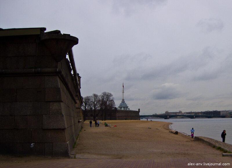 Петропавловская крепость. Знаменитый пляж в центре города. Каждый год здесь устраивают выставку песчаных скульптур.
