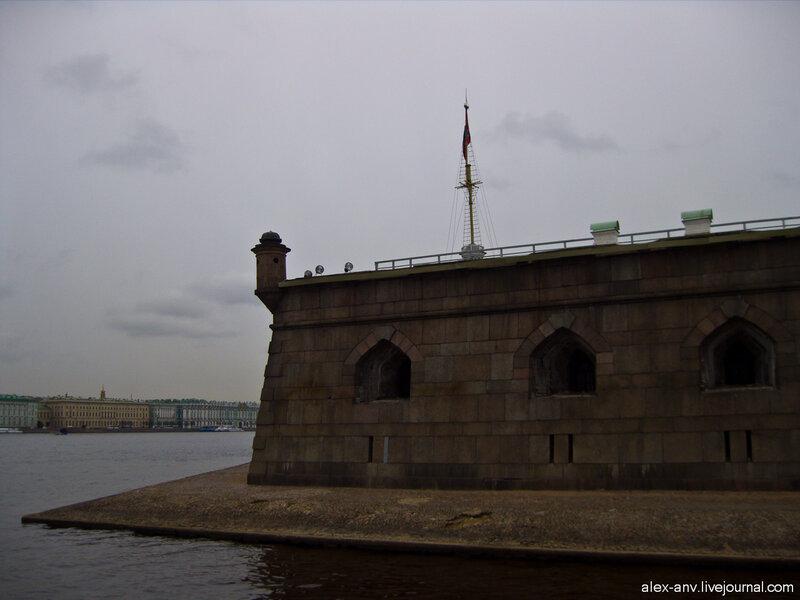 Петропавловская крепость. Из-за стены выглядывает Флажная башня.