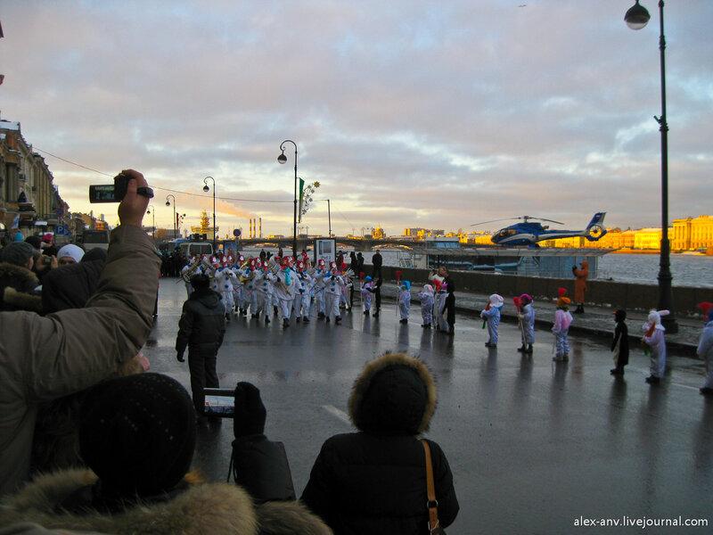 Затем, в сопровождении роты снеговиков-музыкантов Дед Мороз проследовал на площадь.