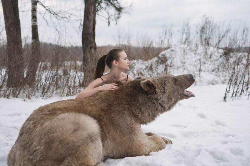 Российские модели снялись в обнимку с огромным медведем