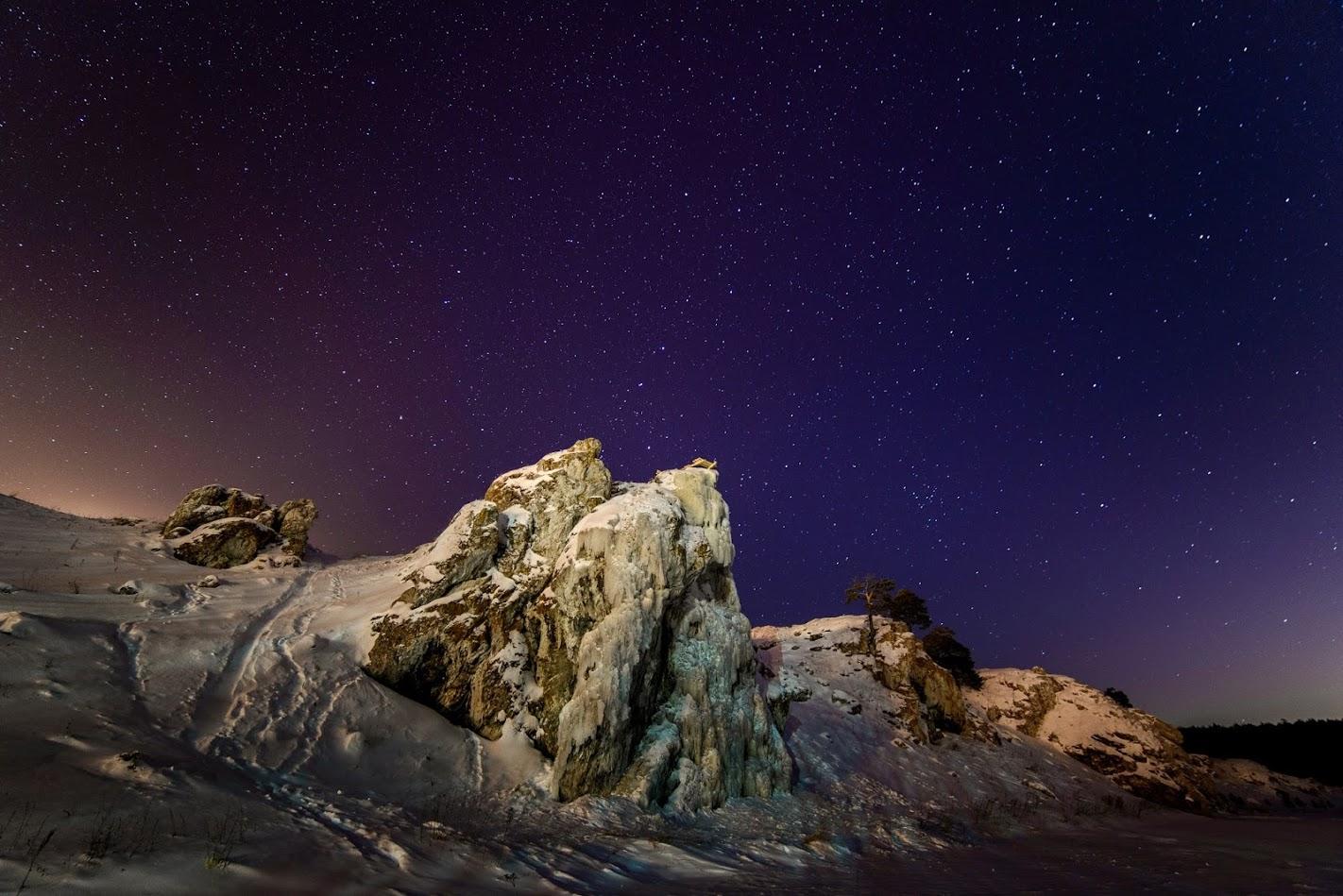 22. (Название: «Ночной слободской камень». Фотоаппарат Nikon D600. Объектив Samyang 14/2.8. Выдержка 30 секунд. Диафрагма f/2.8. ISO 2500).