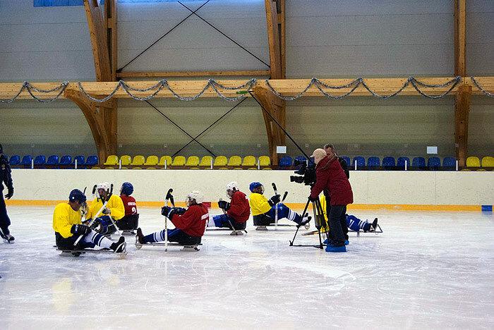 Инвалиды Приморского края осваивают следж-хоккей