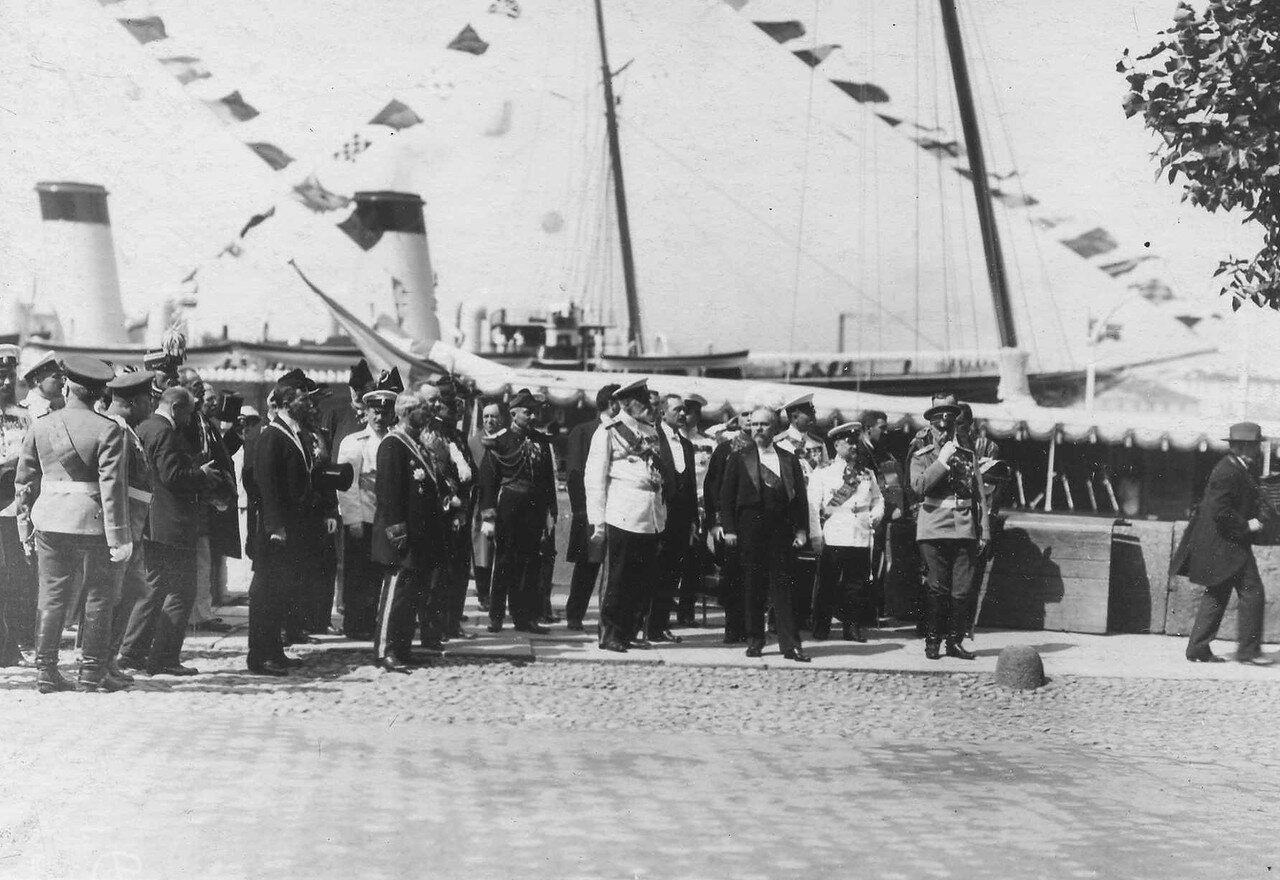 29. Р.Пуанкаре и сопровождающие его лица на Английской набережной перед парадом почетного караула