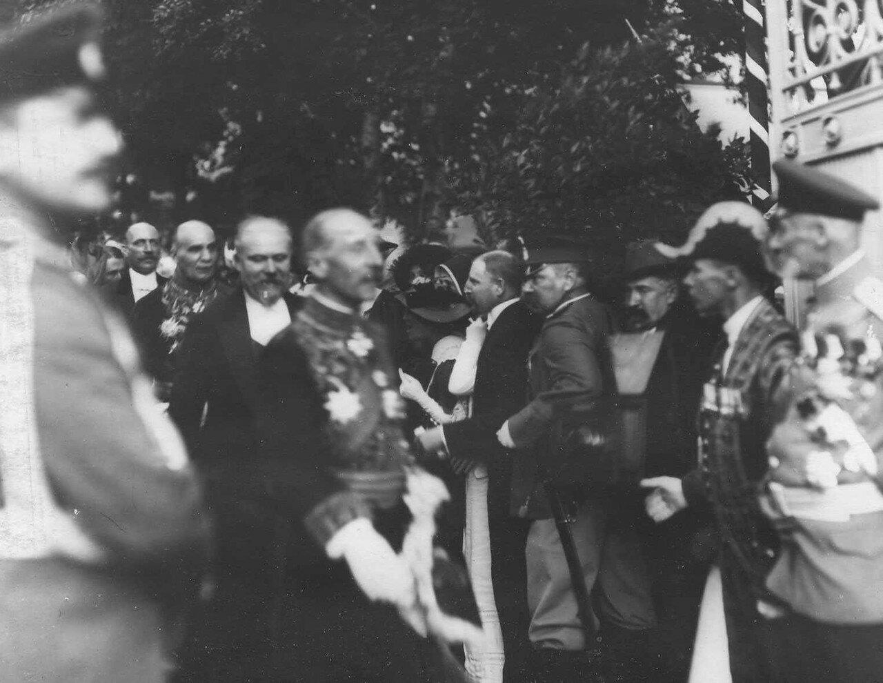 116. Представитель буржуазии здоровается с прибывшими на завтрак в честь приезда Р.Пуанкаре французскими дипломатами в Городской думе