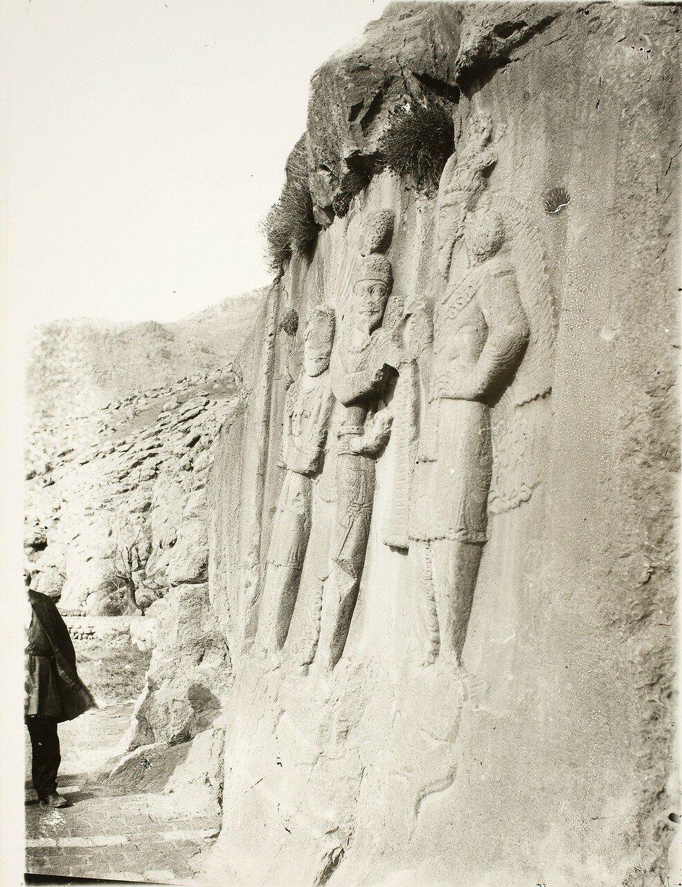 Таге-Бостан. Сасанидские рельефы. Вид сбоку на инвеституру Ардашира II