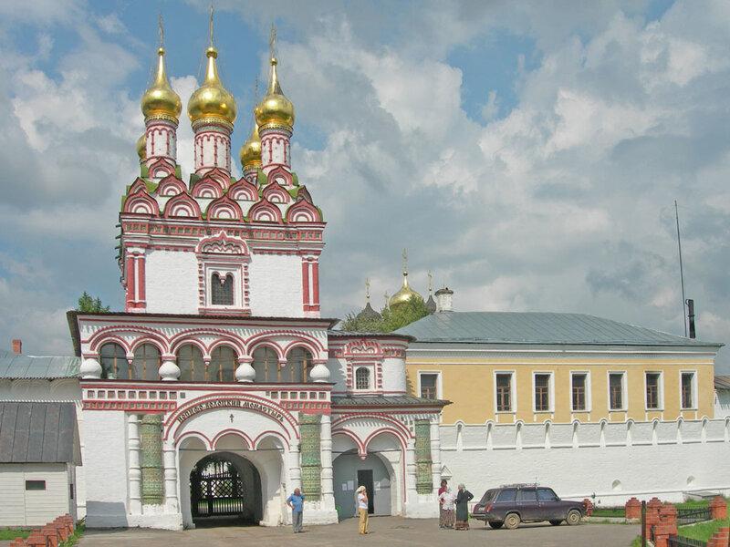 Центральный вход, надвратная церковь, Иосифо-Волоцкий монастырь волоколамск россия москва крест православие церковь храм церковная служба фото фотки апарышев.