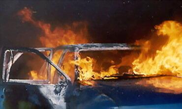 автомобиль врезался в столб и сгорел