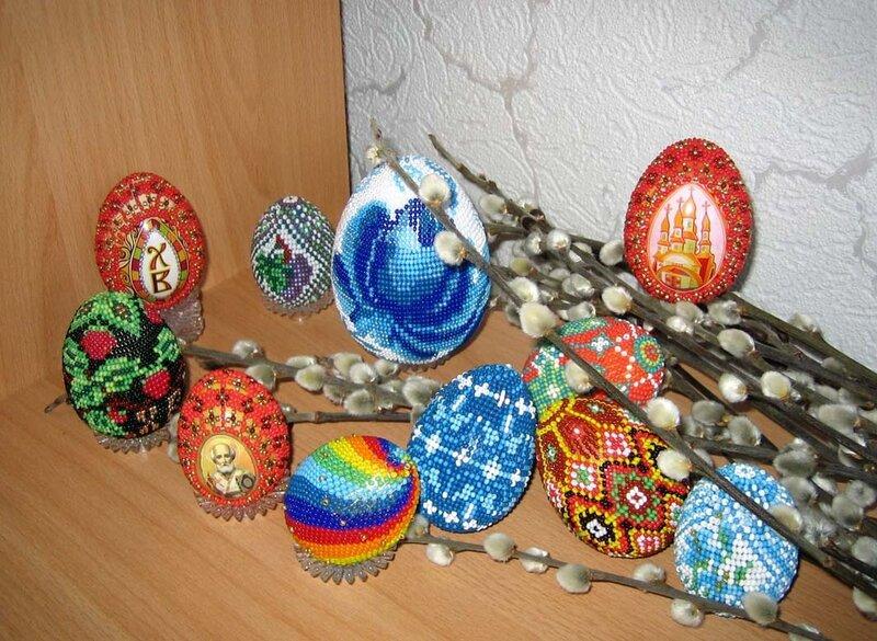 Пасхальные яйца из бисера - это уже далеко не новое украшение интерьера, сувенир и подарок, который можно приготовить...