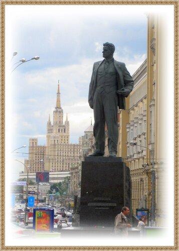 Маяковский на площади своего имени.