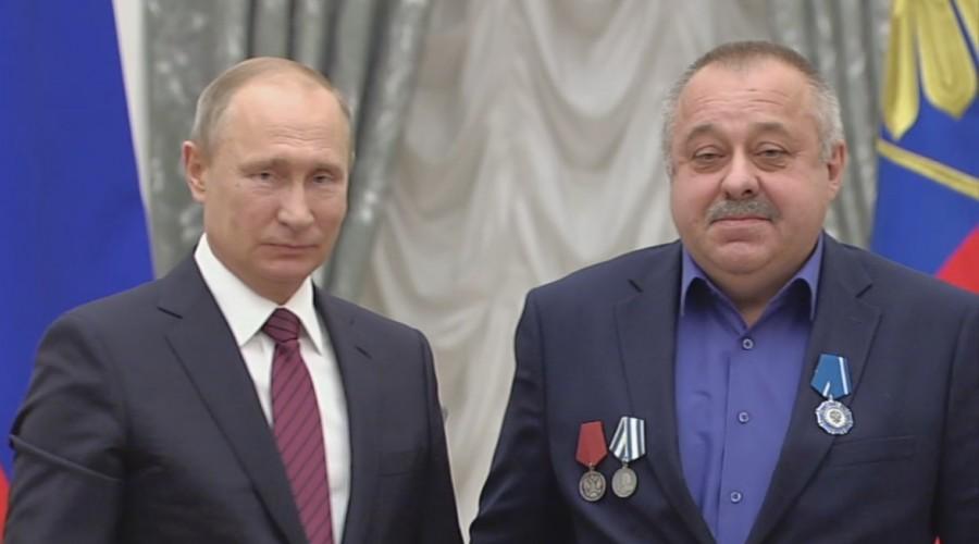 Владимир Путин вручил орден Почёта сварщику Калужского турбинного завода Сергею Евгину