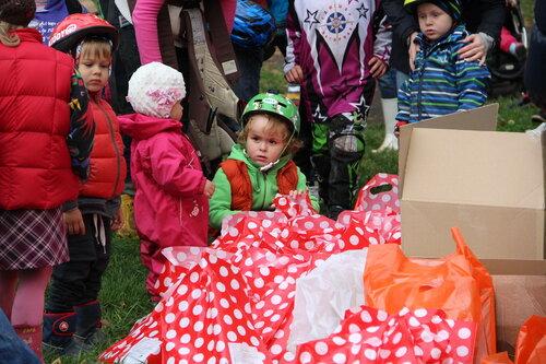 Ребенок с пакетиками подарков