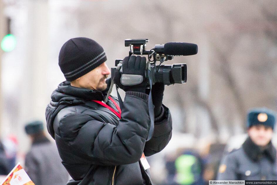 Видеооператор снимает эстафету Олимпийского огня в Саранске
