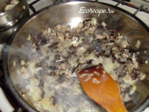Обжарка грибов с луком для куриного рулета