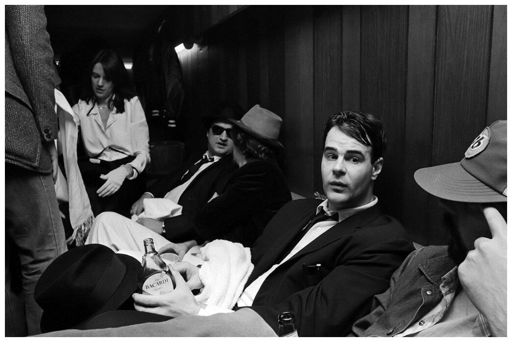 1978. Дэн Эйкройд и Джон Белуши на съемках «Братья Блюз»  с друзьями. Сан-Франциско, штат Калифорния.